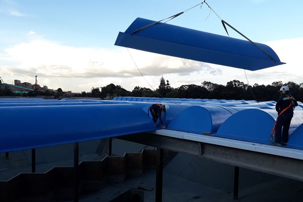 大型复合盖板保护了大量的水图像