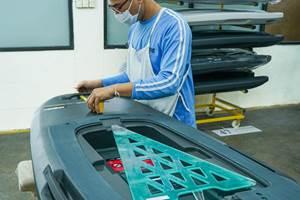 Cobra International迅速缩放Radinn玻璃纤维电动冲浪板