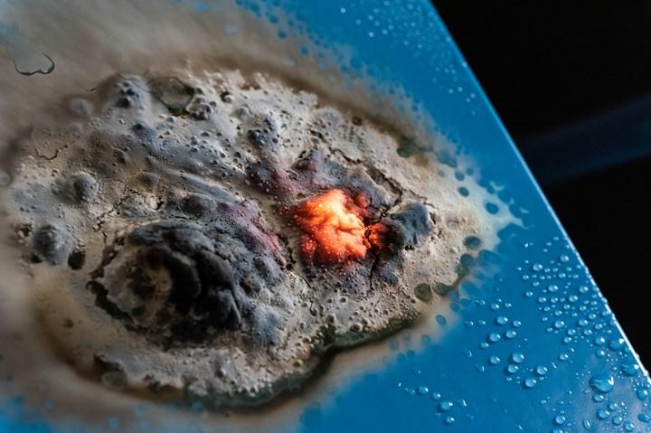 红色陶瓷防火涂层。