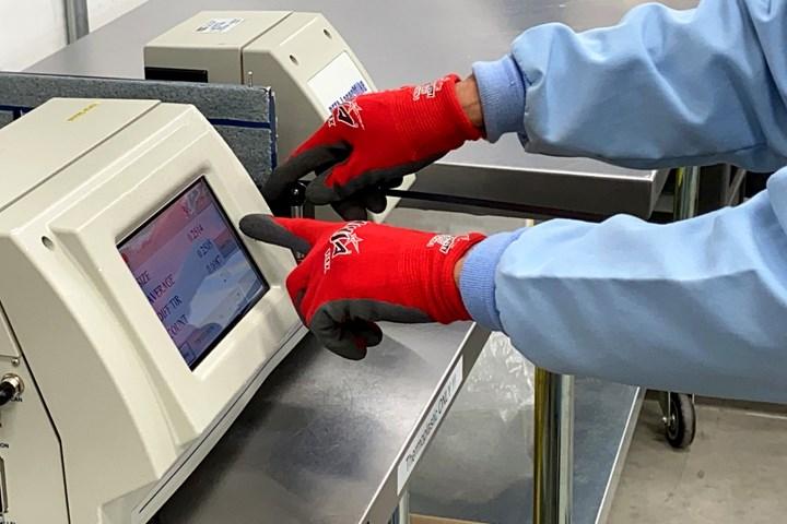 Web行业对热塑性复合材料狭缝胶带宽度的测试