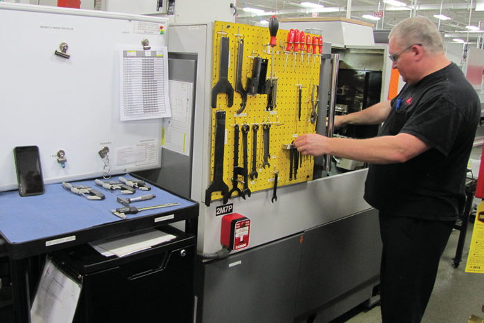 Los principios de la manufactura lean ayudan a los operadores de máquinas como Dan Szczepanski, quien dirige uno de los tornos CNC tipo suizo Citizen de Micron.