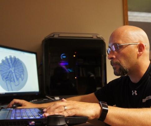 """Rauch dice que las herramientas dedicadas en el software Cimatron ayudan a acelerar los diseños de circuitos de enfriamiento conformacional, pero no existe un método de """"botón pulsador""""."""