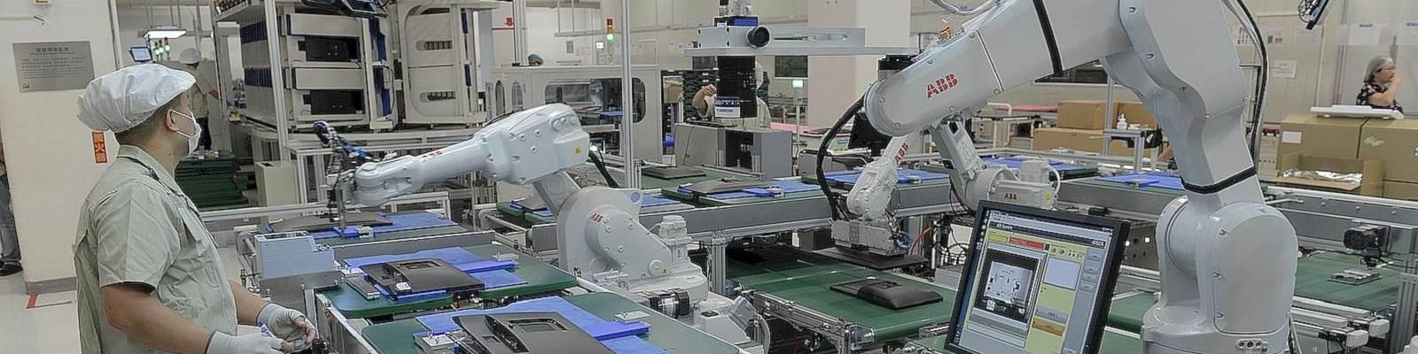 Robots en la línea de montaje de la industria electrónica. Crédito: ABB.