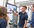 Los aprendices aprenden cómo las soluciones digitales mejoran la producción en el centro de capacitación TRUMPF. Foto: Grupo TRUMPF.