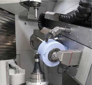 Espacio de trabajo de una rectificadora de engranajes. Pueden surgir niveles de energía rotacional muy altos en herramientas de rectificado grandes, como las utilizadas para el rectificado de generación. Si una muela se revienta, puede causar lesiones graves al operador de la máquina. Fuente: Kapp.