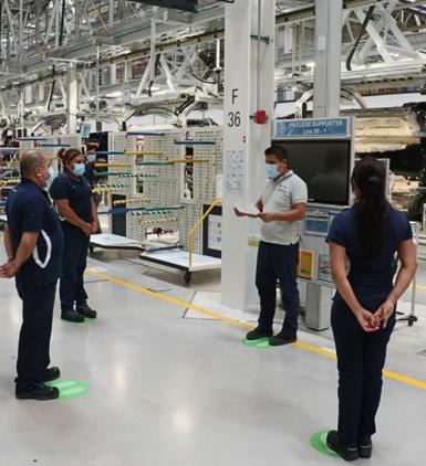 Las empresas deben proporcionarles a los empleados máscaras y lentes de seguridad para que los utilicen mientras estén dentro las instalaciones.