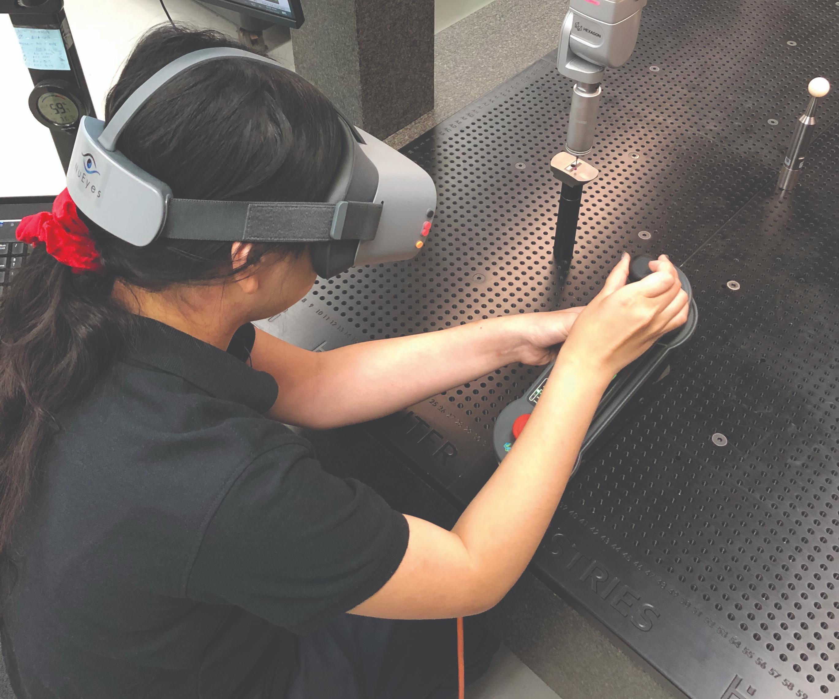 Tia Bertz, de QC Tech, quien es prácticamente ciega, necesitaba acercarse mucho a la parte y la sonda cuando usaba la CMM de Hastreiter Industries. Ya no tiene que hacer eso usando las gafas de realidad virtual con cámara integrada.