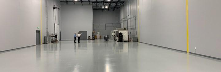 Varias impresoras 3D se encuentran en la parte trasera del nuevo taller en expansión de 3rd Dimension 3D Printing. La nueva máquina de manufactura aditiva de producción para metal, de Additive Industries, se puede ver a la derecha. El taller de máquinas se encuentra adyacente a este espacio.