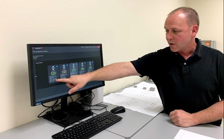 Neil Dohe muestra cómo este tablero del sistema de monitoreo Remote360 de MC Machinery le permite ver el porcentaje de finalización del trabajo, la cantidad de alambre remanente, el número de programa, el tiempo de ejecución y el material que se está cortando en cada electroerosionadora.vvvv