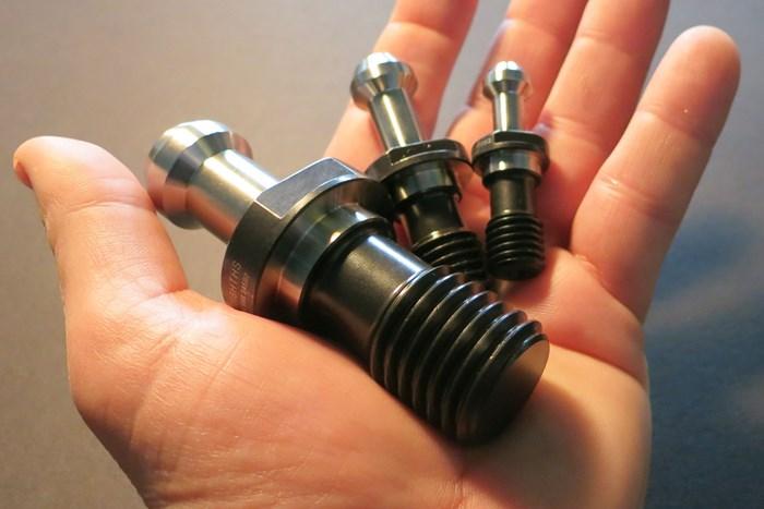 El elemento clave de diseño en la perilla de retención de alto torque de JM Performance Product consiste en que es más larga en el lado de la rosca que las perillas estándar