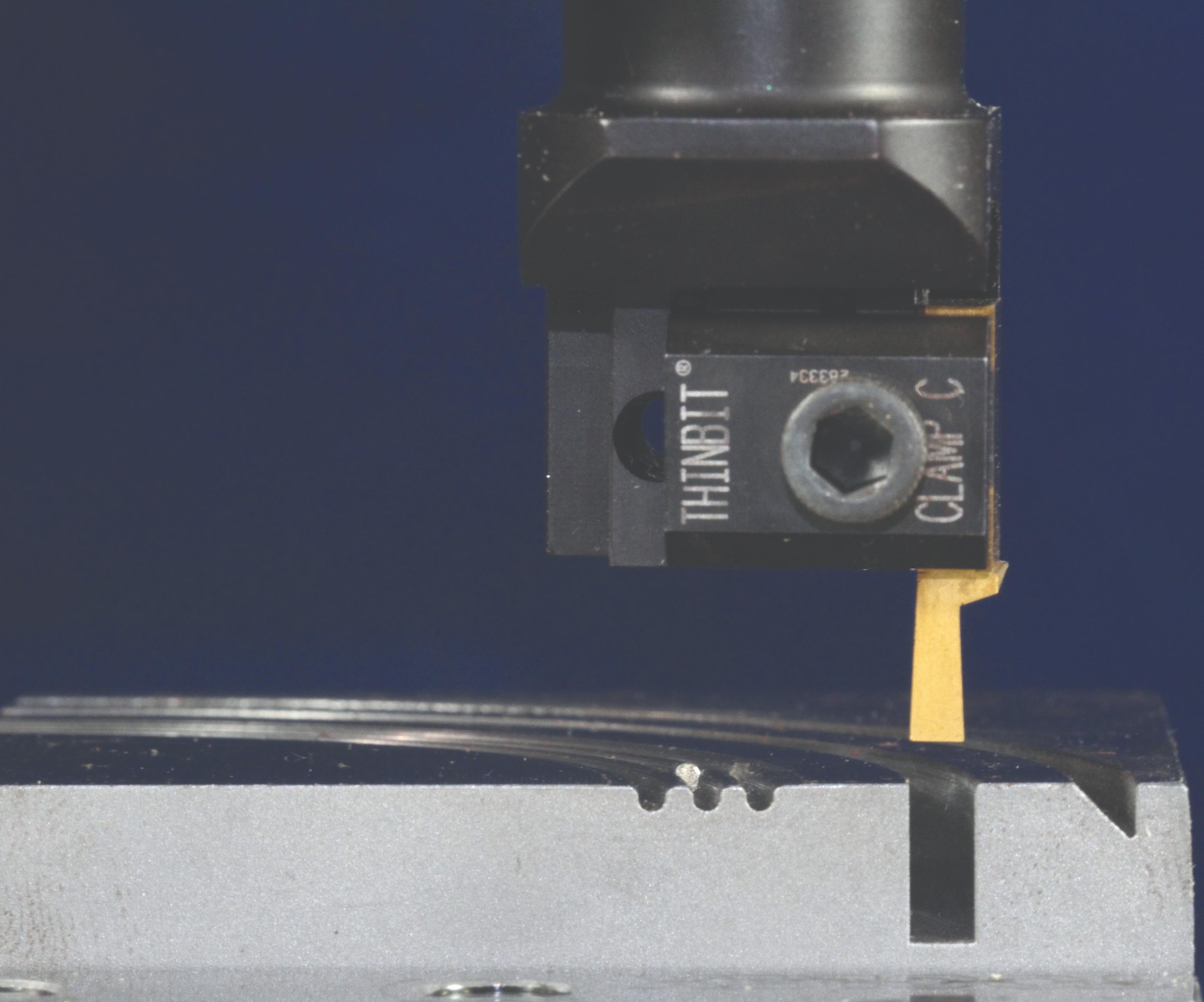 Como alternativa a los end mill, esta herramienta de trepanado también puede producir ranuras frontales simétricas y asimétricas, y realizar cortes de pasada.