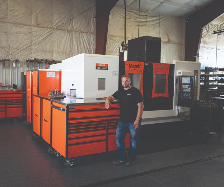 Gaydon Udelhoven, fundador de Forbidn Manufacturing, junto a su centro de mecanizado vertical Mazak VTC300.