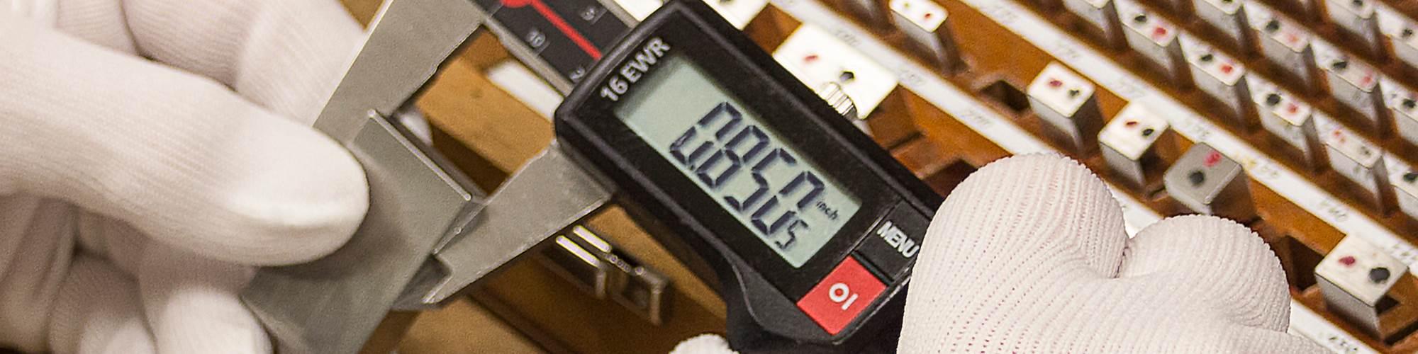 Durante la calibración de sus calibradores con bloques patrón, el uso de guantes puede proteger de la suciedad y materiales extraños que causen errores en los resultados finales