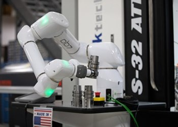 Línea de robots colaborativos OB7 del socio Productive Robotics, de Absolute Machine Tools