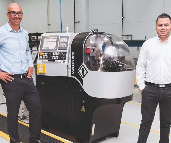 Mario Chaves, gerente general de Okay Industries Costa Rica, y Kendrick Miranda, representante de ventas en Mayprod en Costa Rica, frente al SwissNano de Tornos Technologies.