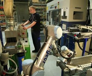Dos robots UR5 modernizaron y automatizaron la maquinaria antigua que aún está en funcionamiento en la línea de producción de BJ-Gear. Foto: Universal Robots.