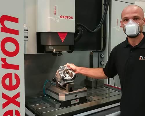 Robert Kühn con la primera mascarilla de producción en serie de prueba constante después de 8 días.