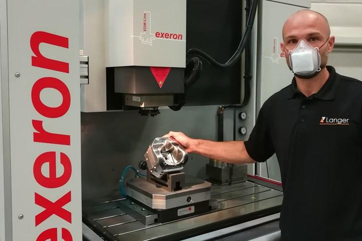 Robert Kühn muestra la cavidad del molde finalizada en una electroerosionadora Exeron.