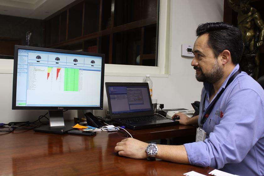 Desde su monitor en el escritorio de su oficina, el Gerente General de B&S Industrial de México, José Luis Benítez, puede hacer una inspección de cualquiera de las 25 máquinas-herramienta del piso del taller mediante la tecnología MTConnect.
