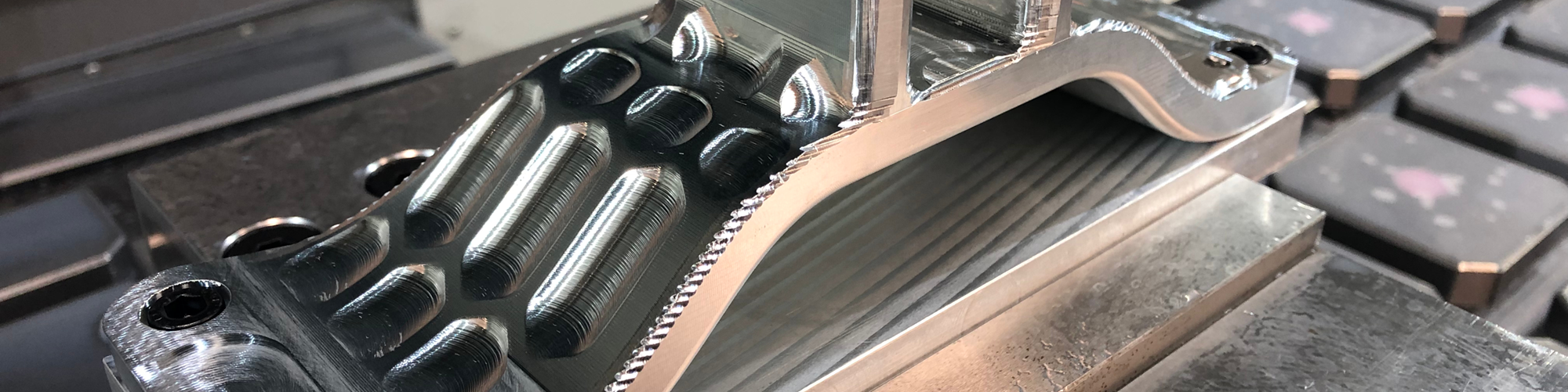 Proceso de semiacabado para una pieza de muestra del sector aeroespacial. Material: aluminio 6061-T6. Mecanizado en 3 ejes con múltiples montajes.