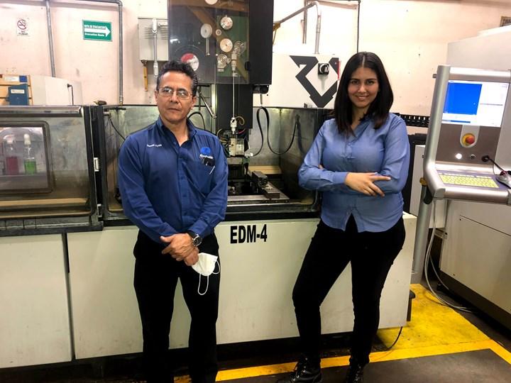 Manuel Ayala, gerente de operaciones de Evolución en Moldes, junto con Sayuri Chávez, gerente general de Caos Tecnología CNC.