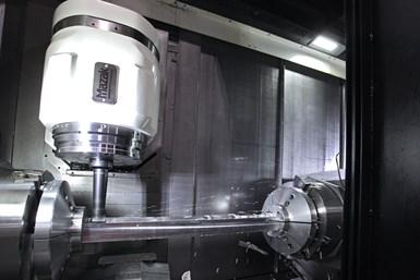 Las máquinas multitarea fresan, tornean y perforan las características de las piezas con gran exactitud y precisión.