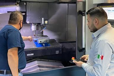 El ingeniero Diego Olvera (derecha), de SIMAQ, revisa uno de los setups antes de realizar el mecanizado para un inserto de molde.