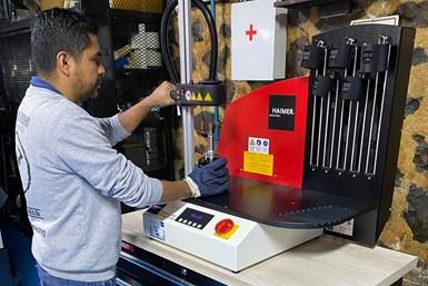 Un técnico de SIMAQ ajusta uno de los holders en la máquina térmica de Haimer.