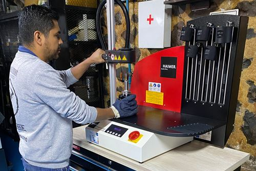 Un técnico de SIMAQ ajusta uno de los holders en la máquina térmica de Haimer. De acuerdo con Diego Olvera, gerente de proyectos CNC de la empresa, es un equipo sencillo de operar y muy amigable
