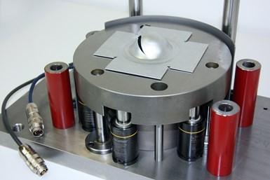 En la máquina de prueba, un sello hemisférico empuja el componente hacia abajo a una profundidad definida. El perfil de fuerza-desplazamiento se analiza para permitir extraer conclusiones detalladas sobre la calidad del material.
