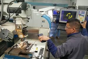 """El centro de mecanizado Viwa VCM740-M400 le ha permitido a SEMAIN producir diversos herramentales de mangueras automotrices. La máquina cuenta con unas carreras de 750 x 400 x 500 mm (30"""" x 16"""" x 20""""), potencia de 10 hp y gamas de velocidad del husillo de 6,000 hasta 12,000 rpm. Es ensamblado en México por Viwa con tecnología americana y fundición taiwanesa. Cuenta con control Centroid M400 basado en PC y doble procesador, de gran rapidez en el manejo de la información. Esta máquina le ha permitido a SEMAIN realizar los desbastes rudos y conseguir terminados más finos para la fabricación de los herramentales que producen para Tristone."""