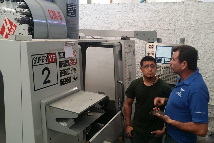 David Hernández (derecha), propietario y Director General de Manufacturas Pueblo Viejo Industrial, es el corazón de la empresa desde que la inició en 1989. Él está pendiente de todos los proyectos y cuenta con un equipo que lo respalda en todos los trabajos que llevan a cabo en las dos plantas de su empresa.