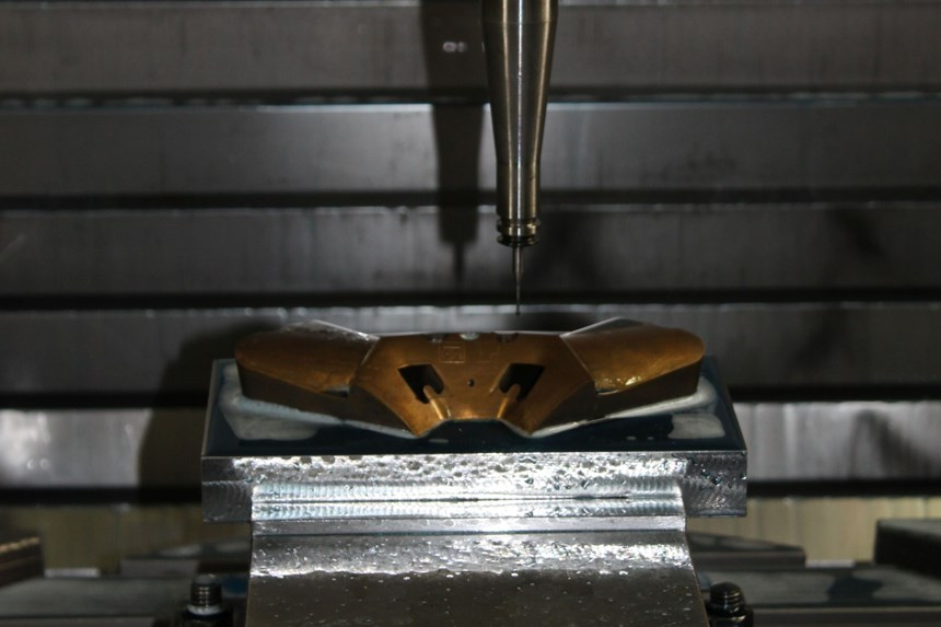 Para cumplir con las necesidades de fabricación de moldes, el taller adquirió centros de mecanizado DMG de 5 ejes, que les permite mecanizar de forma simultánea (en la foto se aprecia cómo se realiza el retoque del inserto de un molde de cobre). Sin embargo, ellos eran conscientes de que necesitaban un software CAM que les ayudara a realizar los procesos de ingeniería, modificaciones y fabricación de moldes de una manera, ágil y eficiente.