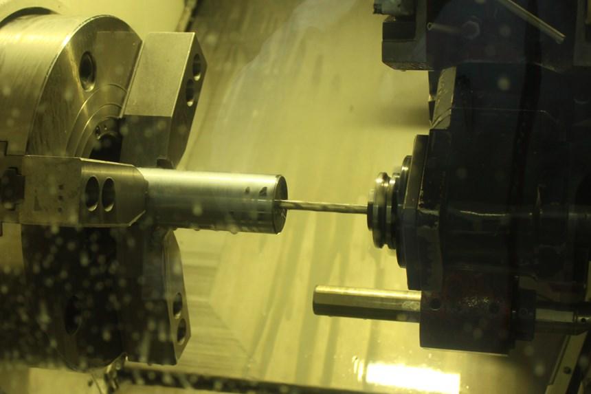 """Los componentes que fabrica Kimball son mecanizados en un centro de torneado QTN 350-II MSY de Mazak. Esta máquina cuenta con una torreta de fresado y un husillo de herramienta rotativa para realizar operaciones multitarea, un segundo husillo de torneado para producción de piezas """"hechas en uno"""" y un eje Y para el mecanizado fuera de centro"""