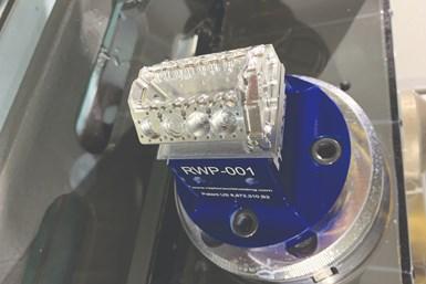 Estebloque del motor se mecanizó durante la clase de mecanizado avanzado en múltiples ejes.