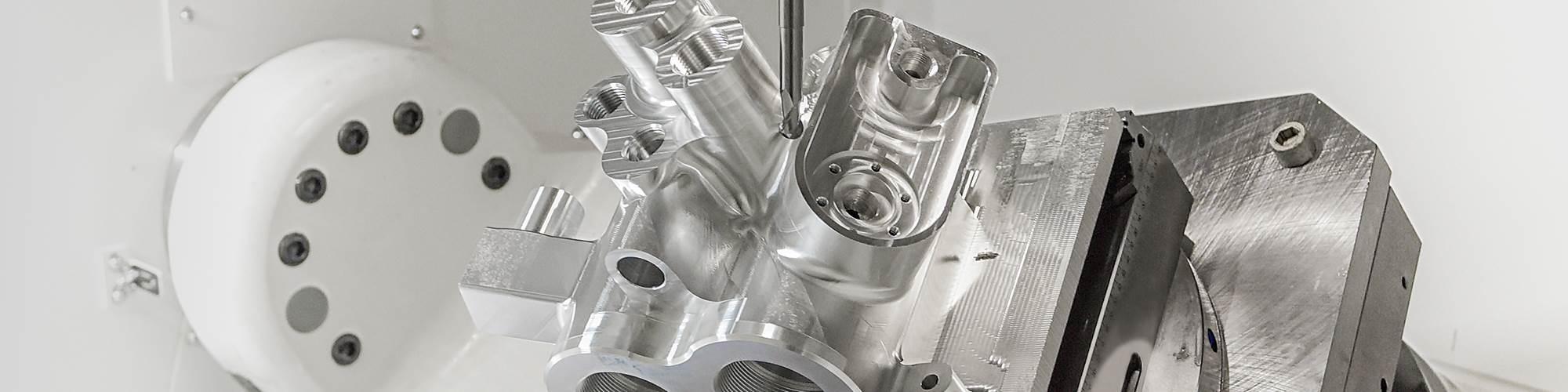 Una carcasa de bomba de aluminio 6061 se somete a operaciones de mecanizado de cinco ejes en una Variaxis i800 Neo de Mazak.