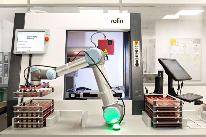 El cuidado de máquinas o machine tending es una de esas tareas que se adapta idealmente a la automatización colaborativa impulsada por robots.