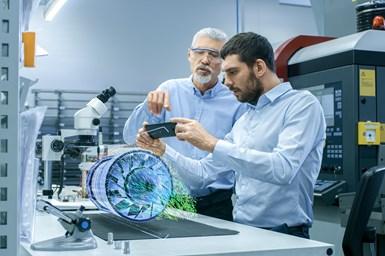 Mediante dispositivos de AR, un técnico puede acceder datos de ingeniería y notas digitales que lo guíen a través del procedimiento.