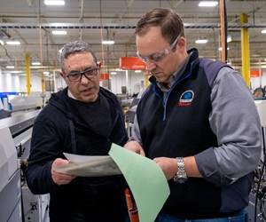 El presidente y propietario, Dan Villemaire (derecha), analiza una oferta de trabajo casi finalizada con Gene Fantozzi, el preparador de presupuestos más experimentado del taller.