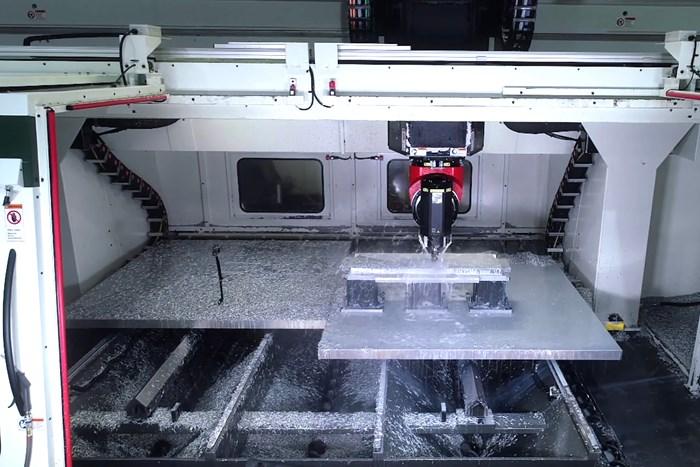 Las mesas gemelas de la Hybrid Mill añaden capacidad para procesar dos piezas en un solo ciclo de mecanizado.