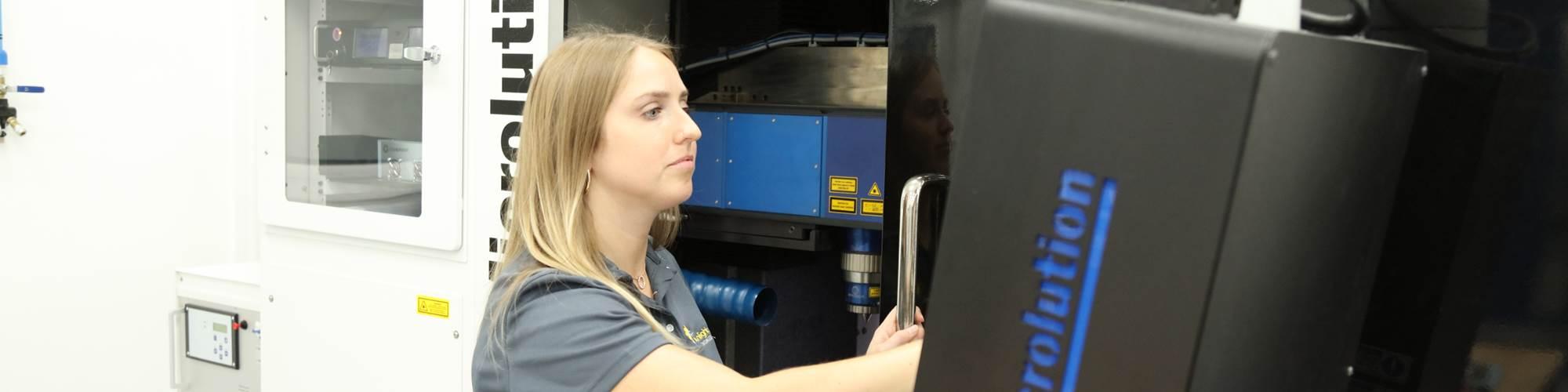 Sunlight-Tech Inc. se especializa en el uso de mecanizado láser y microfresado para producir piezas con componentes de tolerancias de nivel inferior a las micras.