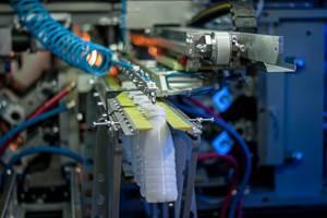 La máquinaPET APF-Max, dePET Technologies,ofrece la opción de cambios rápidos utilizando varios juegos de moldes para una amplia gama de botellas de PET.