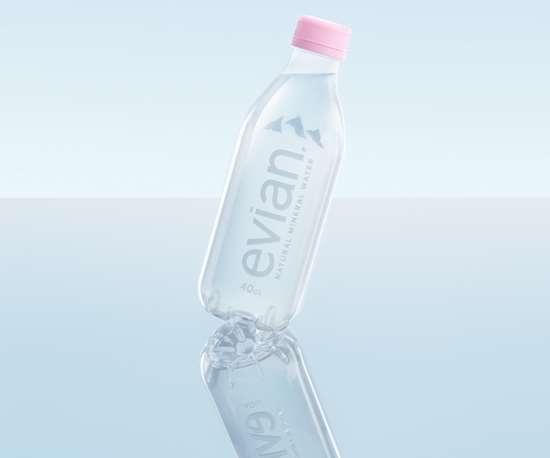 Botella sin etiqueta y con un diseño completamente circular, de evian.