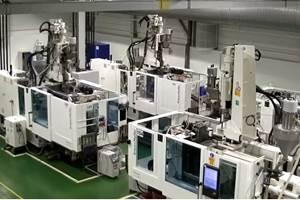 En suubicación de Lituania, una máquina de moldeo por inyecciónCX 160, deKraussMaffei,fabrica filtros especiales que se integran en el tubo entre una máquina respiratoria y el paciente.