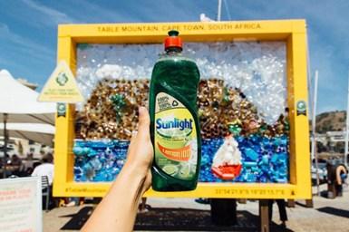 En Sudáfrica, todas las botellas dellíquido lavavajillas Sunlight son reciclables. En 2019, los envases de 750 ml y 400 ml se convirtieron en los primeros en fabricarse con plástico 100 % reciclado.