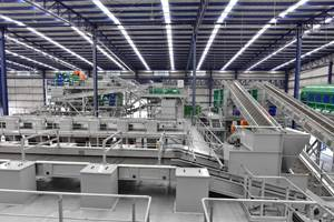 El equipamiento de la plantade STADLER, consistente en un sistema cerrado automatizado, cuenta con 10 equipos de alta tecnología y 35 cintas transportadoras y de recirculación.