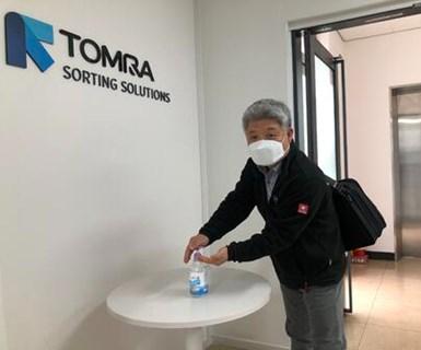 TOMRA tomómedidas para mitigar la propagación entre las que se destacan el cierre temprano de su oficina en Carolina del Norte, así como la inducción de altas medidas de protección alineadas con las recomendaciones gubernamentales de las autoridades sanitarias.