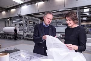 Mikael Staal Axelsen, director ejecutivo del grupo Fibertex Personal Care e Innowo Print;y Mette Due Søgaard, directora de control de calidad y sostenibilidad de Fibertex Personal Care, en el sitio de Aalborg, explorando los no tejidos certificados por ISCC Plus.