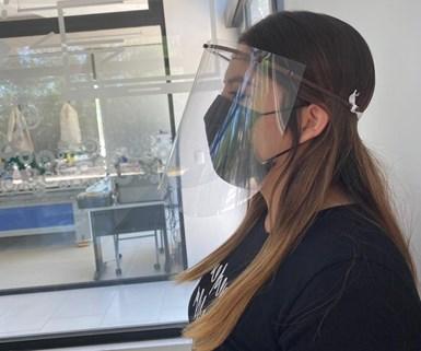 Una característica de las caretas de la Universidad de la Salle de Saltillo es la fabricación de la diadema con polyagave.