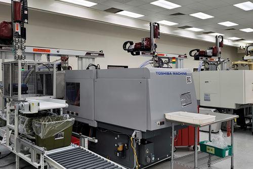 Además del uso de robots, TPI invirtió este año en un sistema central de manipulación de materiales deWittmann Battenfeld.